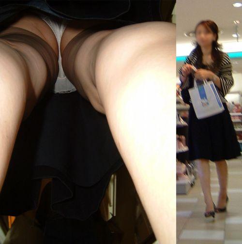 美脚OLの信号待ち逆さタイトスカート盗撮エロ画像3枚目
