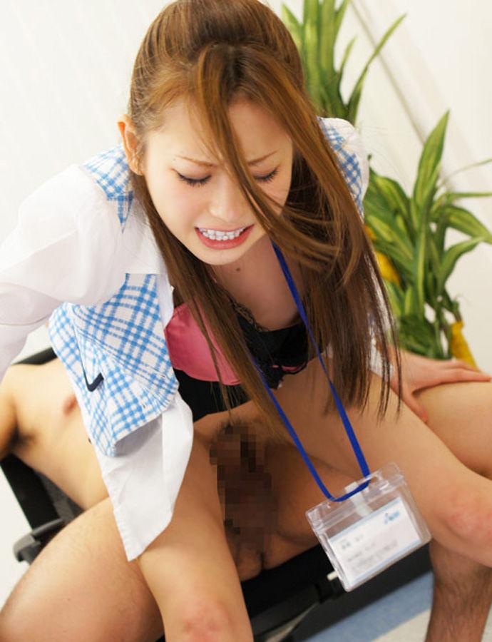 会社内で拘束SEXを強いられるギャルOLエロ画像2枚目
