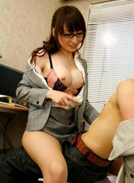 会社内で拘束SEXを強いられるギャルOLエロ画像15枚目