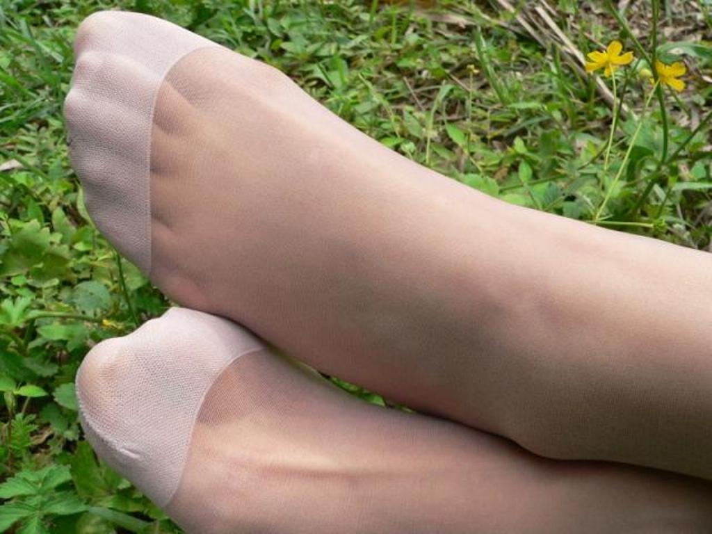 素人美脚OLの透け黒パンストのつま先と足裏エロ画像4枚目