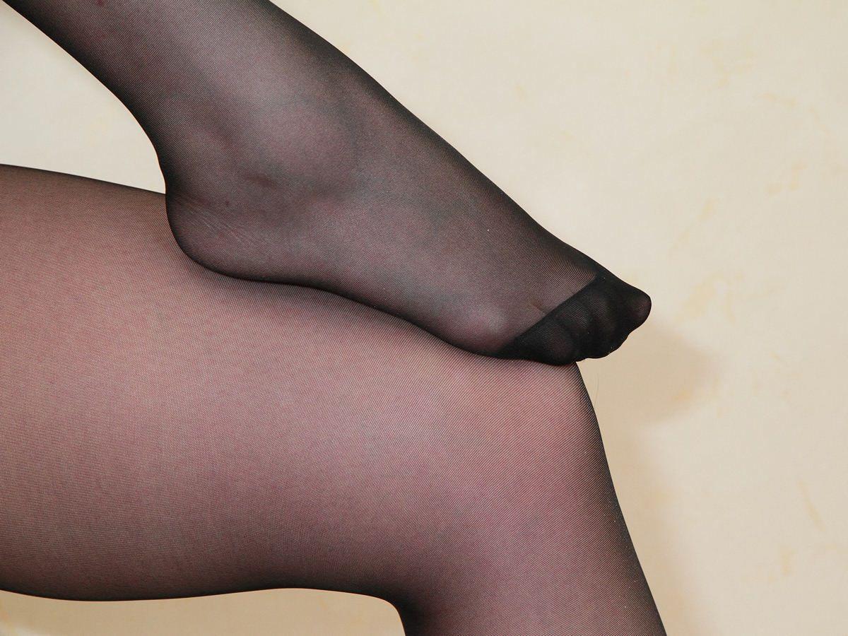 素人美脚OLの透け黒パンストのつま先と足裏エロ画像8枚目