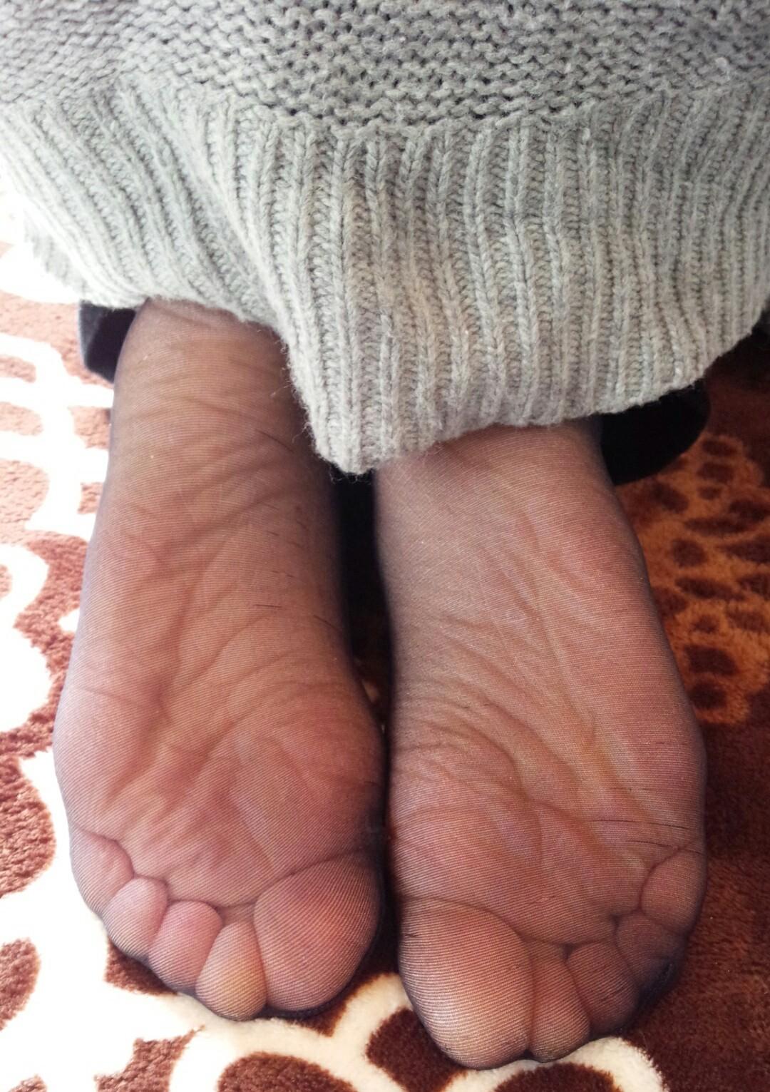 素人美脚OLの透け黒パンストのつま先と足裏エロ画像9枚目