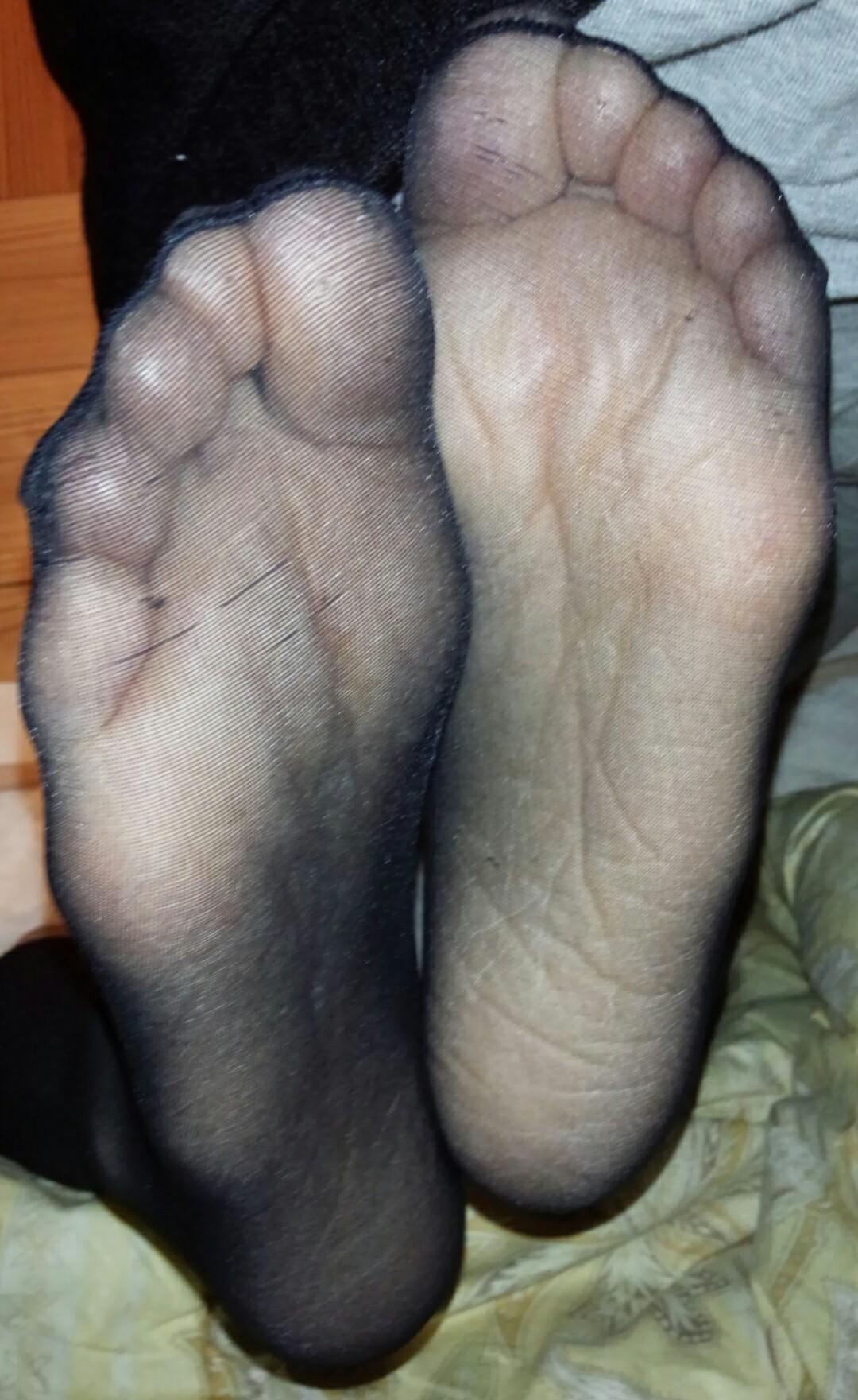 素人美脚OLの透け黒パンストのつま先と足裏エロ画像10枚目