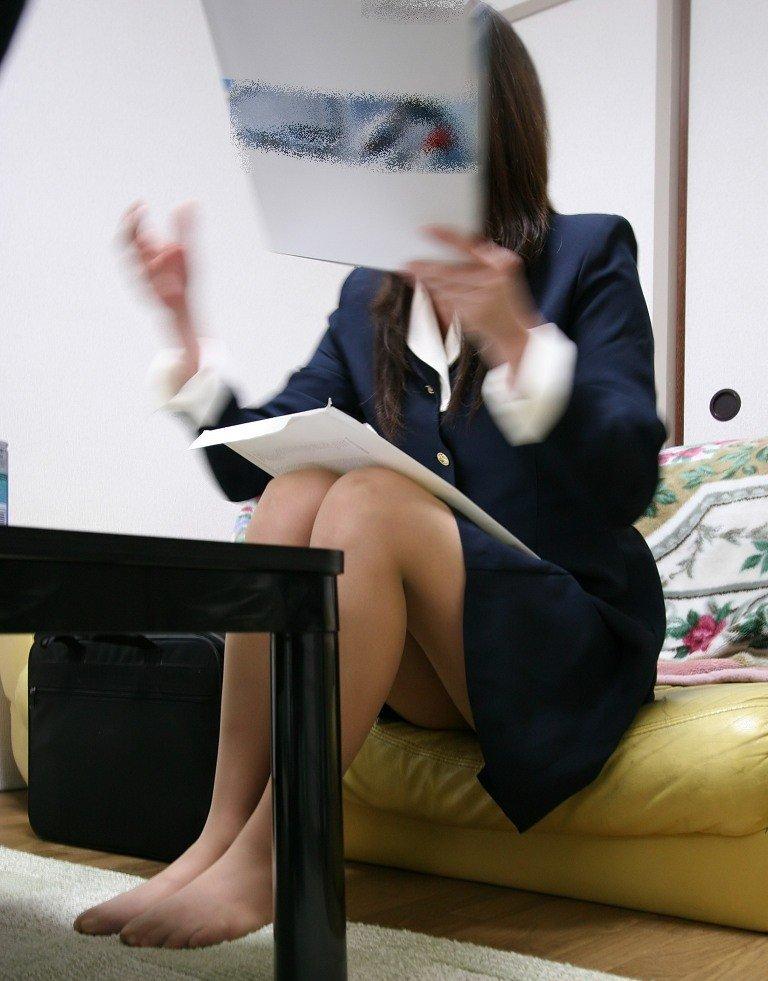新人OLがスーツを着たまま会社内でSEXをするエロ画像15枚目