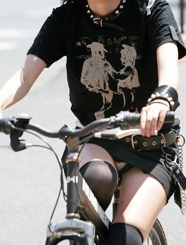 私服の素人OL達の自転車パンチラ街撮り盗撮エロ画像2枚目