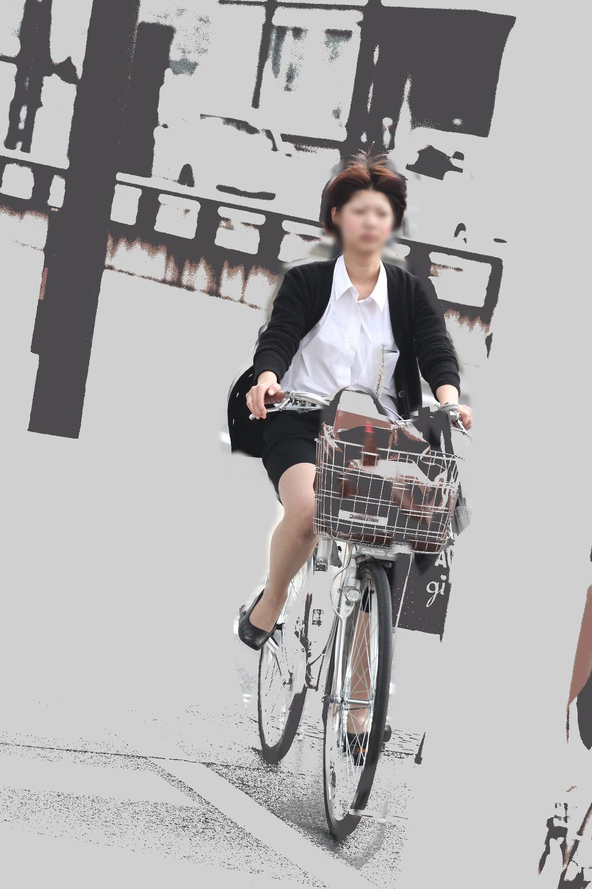 私服の素人OL達の自転車パンチラ街撮り盗撮エロ画像6枚目