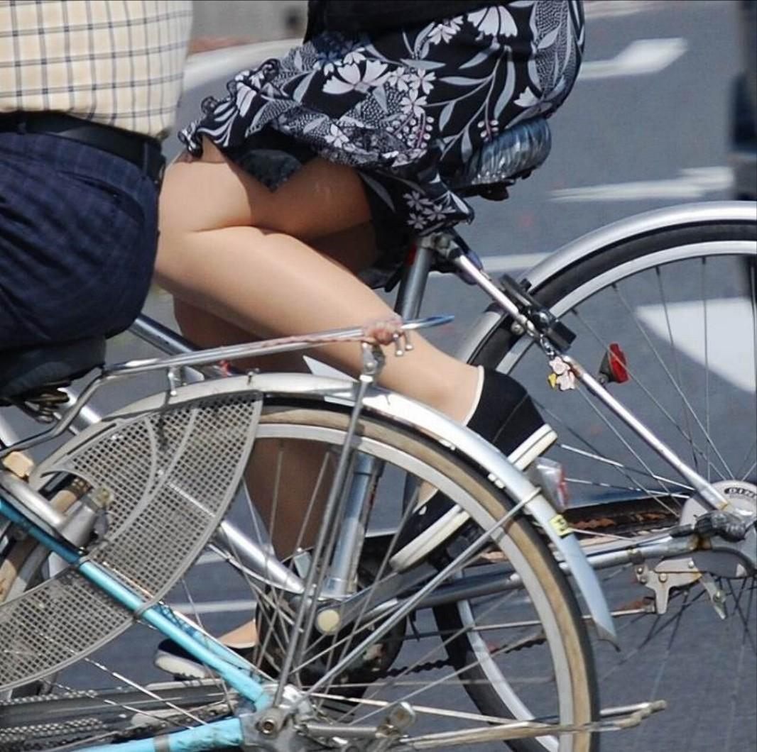 私服の素人OL達の自転車パンチラ街撮り盗撮エロ画像11枚目