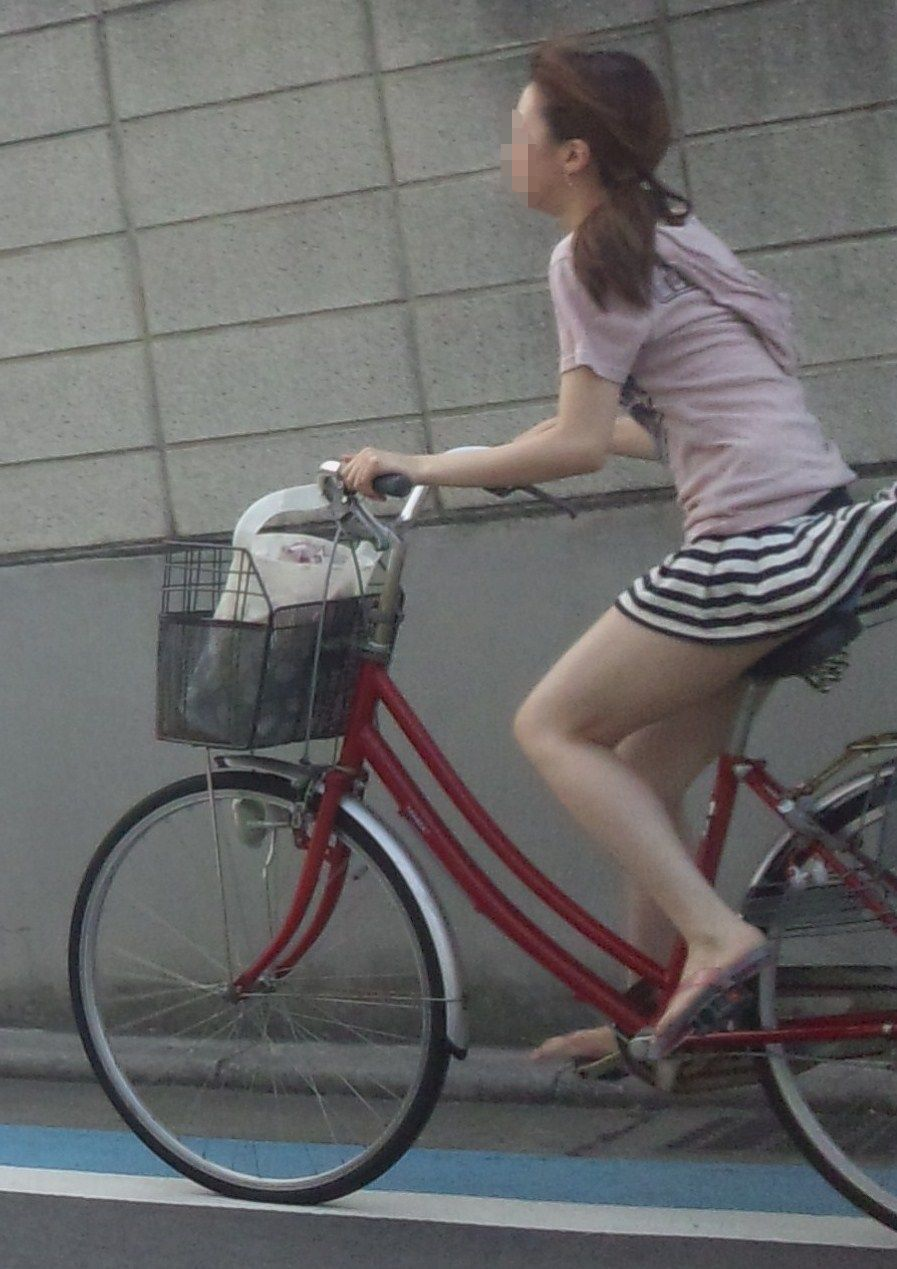 私服の素人OL達の自転車パンチラ街撮り盗撮エロ画像12枚目