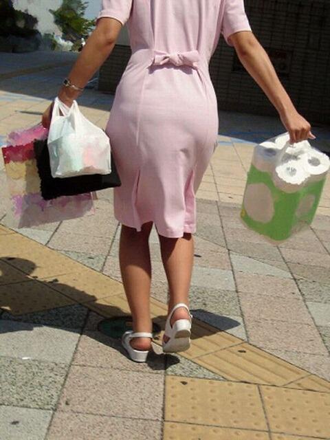 買い出し中の白衣ナースの透けピンク下着エロ画像1枚目
