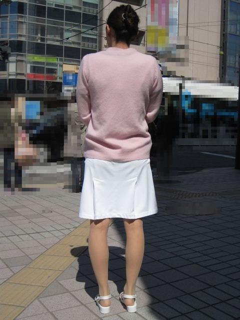 買い出し中の白衣ナースの透けピンク下着エロ画像3枚目
