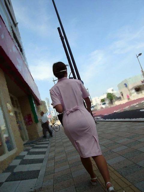 買い出し中の白衣ナースの透けピンク下着エロ画像5枚目