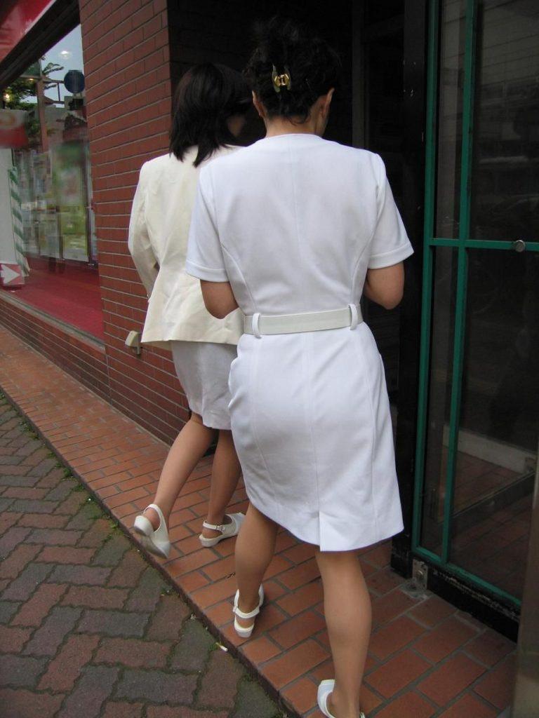 買い出し中の白衣ナースの透けピンク下着エロ画像13枚目
