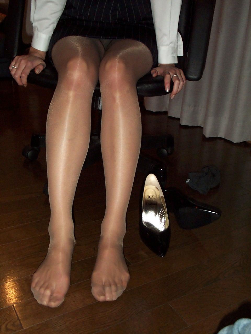 美脚OLの光沢が凄まじいパンストのマニア的エロ画像1枚目