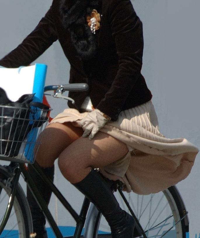 美脚OLの網タイツ自転車の三角パンチラ盗撮エロ画像1枚目