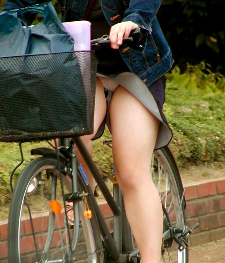 美脚OLの網タイツ自転車の三角パンチラ盗撮エロ画像2枚目