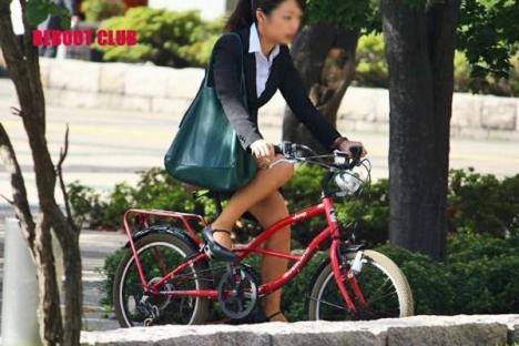 美脚OLの網タイツ自転車の三角パンチラ盗撮エロ画像3枚目
