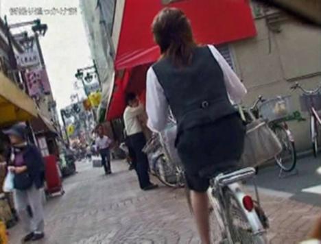 美脚OLの網タイツ自転車の三角パンチラ盗撮エロ画像4枚目