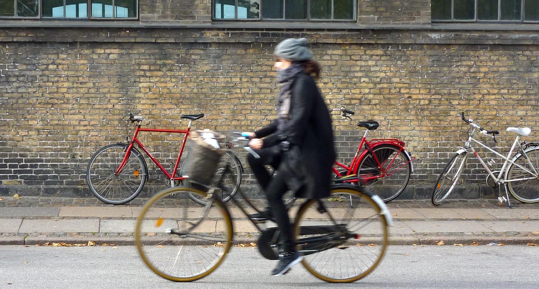 美脚OLの網タイツ自転車の三角パンチラ盗撮エロ画像6枚目