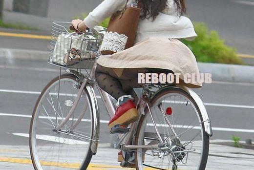 美脚OLの網タイツ自転車の三角パンチラ盗撮エロ画像7枚目