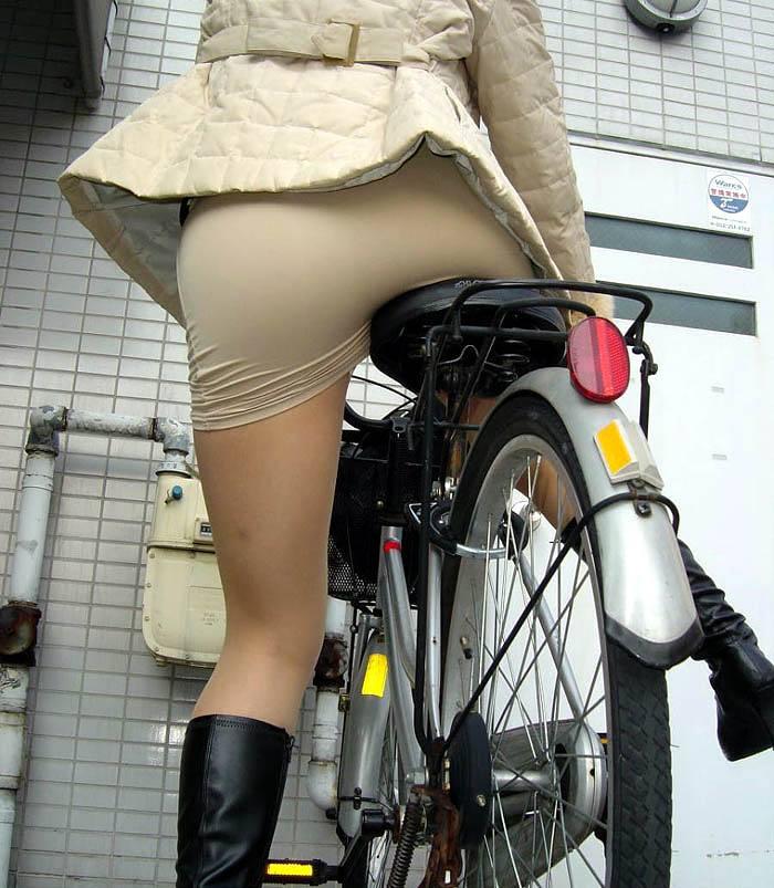 美脚OLの網タイツ自転車の三角パンチラ盗撮エロ画像8枚目