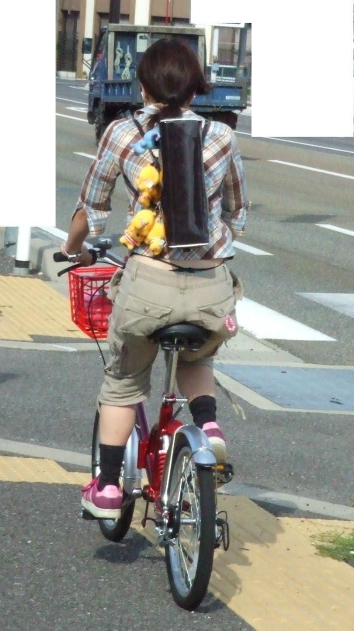 美脚OLの網タイツ自転車の三角パンチラ盗撮エロ画像12枚目