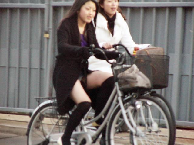 美脚OLの網タイツ自転車の三角パンチラ盗撮エロ画像13枚目
