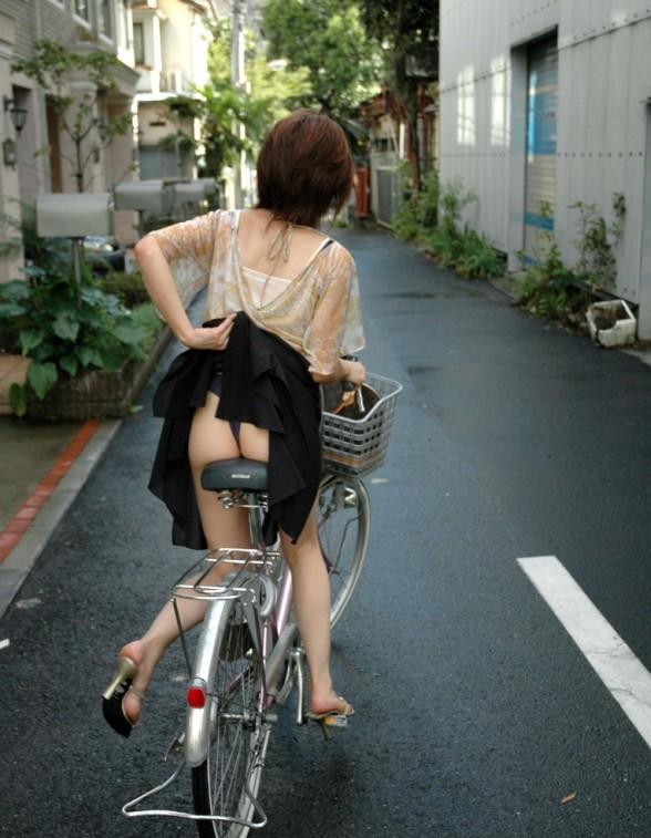 美脚OLの網タイツ自転車の三角パンチラ盗撮エロ画像14枚目