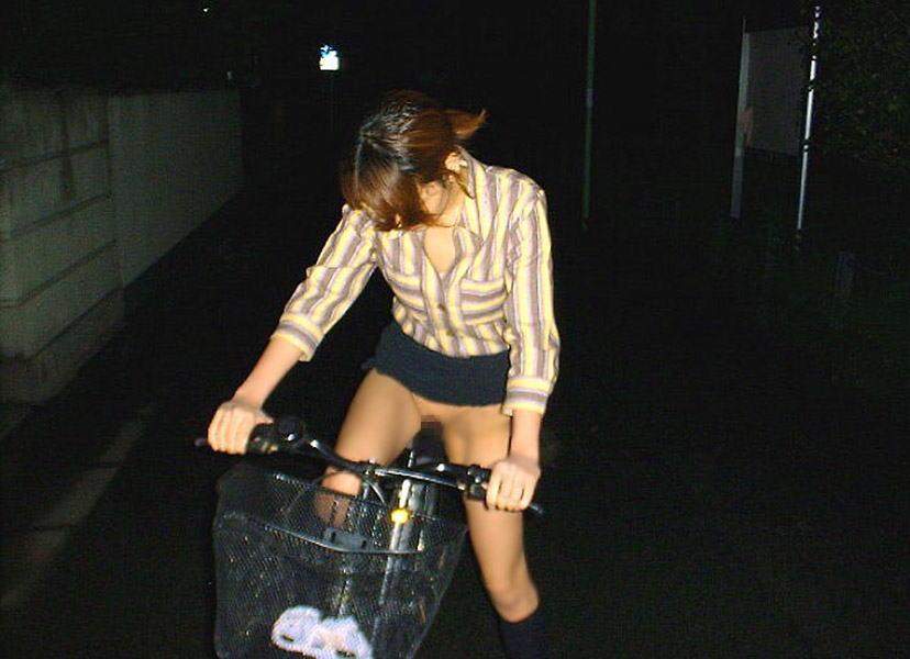 美脚OLの網タイツ自転車の三角パンチラ盗撮エロ画像16枚目