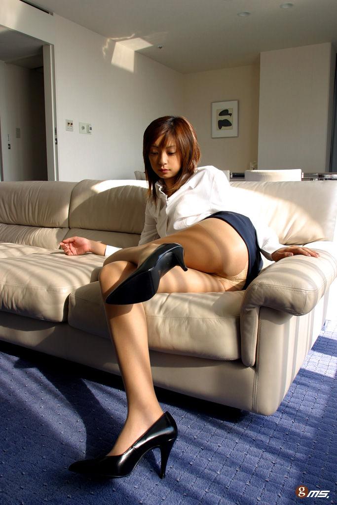 巨尻OLがタイトスカートをたくし上げた放尿エロ画像5枚目