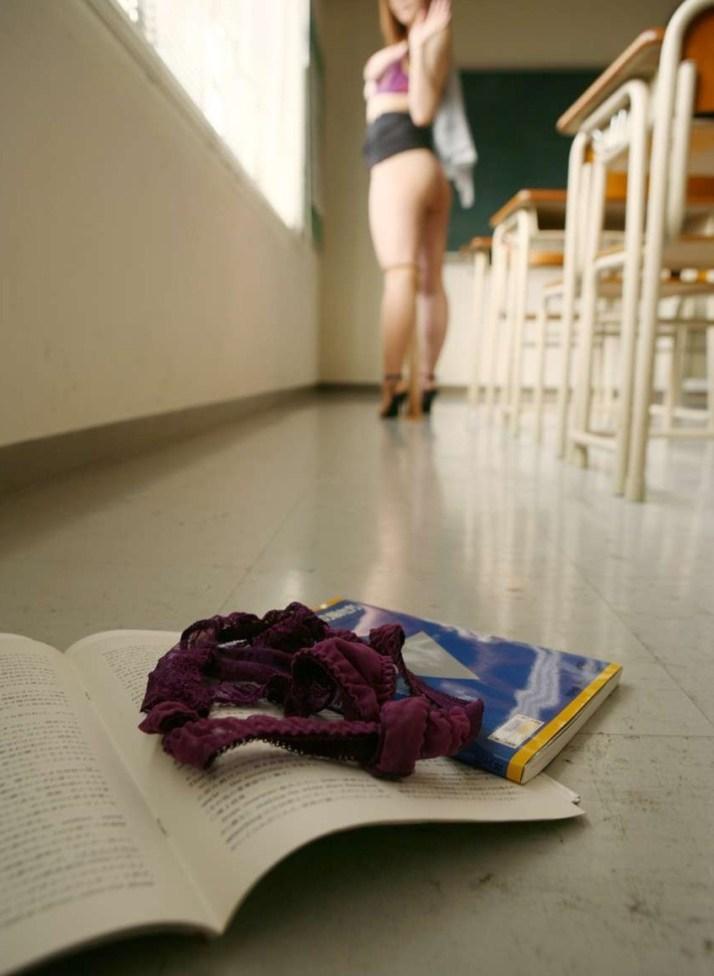 淫乱女教師がブラウスの谷間を空け誘惑するエロ画像11枚目