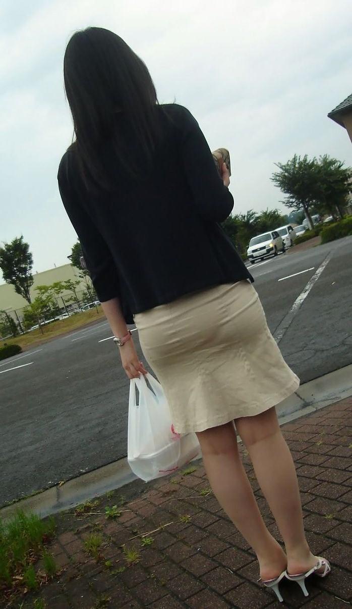 淫乱OLが夏の通勤中に見せるパンティラインエロ画像2枚目