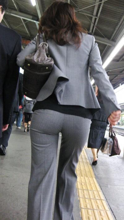 淫乱OLが夏の通勤中に見せるパンティラインエロ画像4枚目