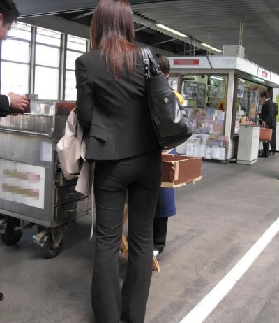 淫乱OLが夏の通勤中に見せるパンティラインエロ画像7枚目