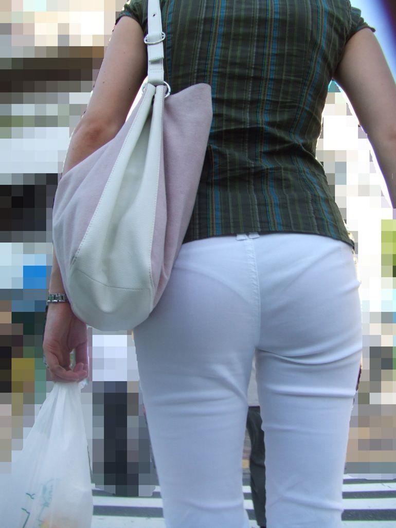 淫乱OLが夏の通勤中に見せるパンティラインエロ画像12枚目