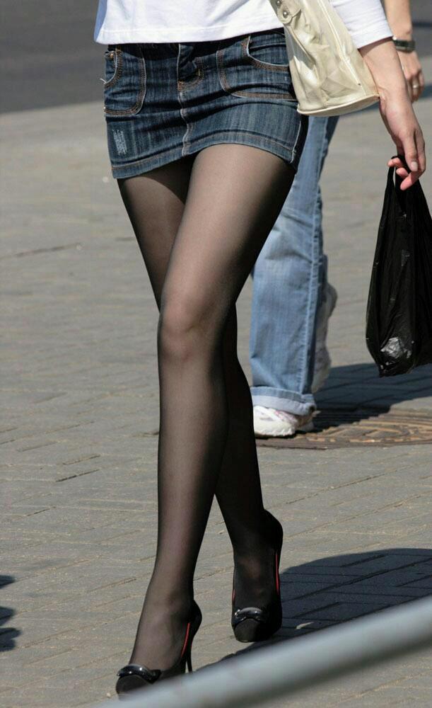 キラキラ系OLの太ももと足裏の美脚パンストエロ画像2枚目