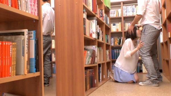 痴女の女教師が図書室で生徒とSEXした淫乱エロ画像3枚目