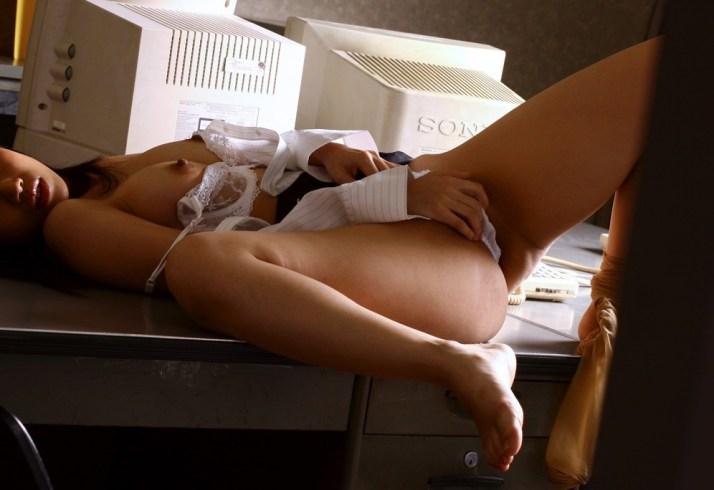 痴女の女教師が図書室で生徒とSEXした淫乱エロ画像10枚目