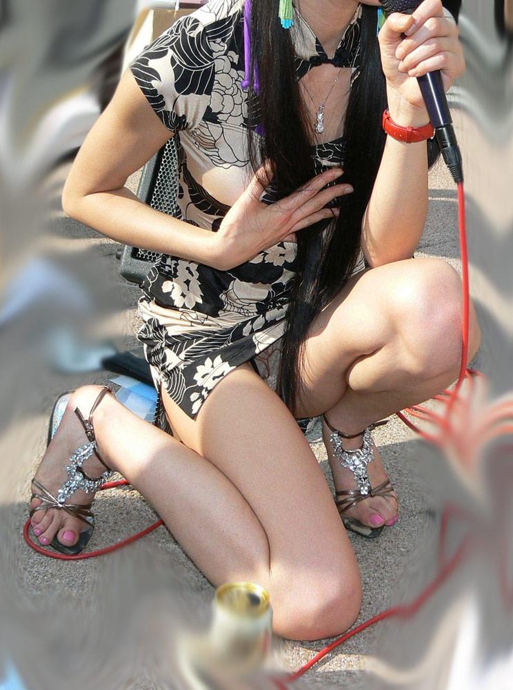 淫乱OLお姉さんがわざと三角パンチラをするエロ画像3枚目