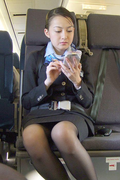 美人CAのタイトスカート三角の欲求不満盗撮エロ画像1枚目