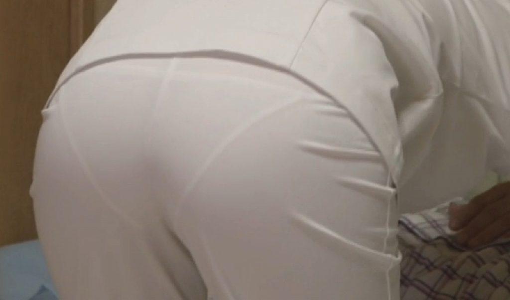 淫乱ナースの透けてる白衣がセクシーな盗撮エロ画像5枚目
