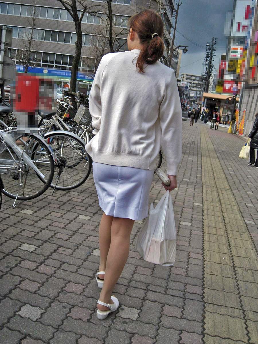 淫乱ナースの透けてる白衣がセクシーな盗撮エロ画像13枚目
