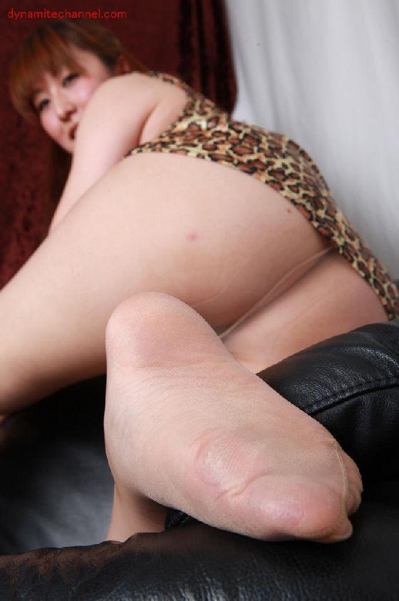 美脚OLがパンストで圧迫された足裏を伸ばすエロ画像2枚目