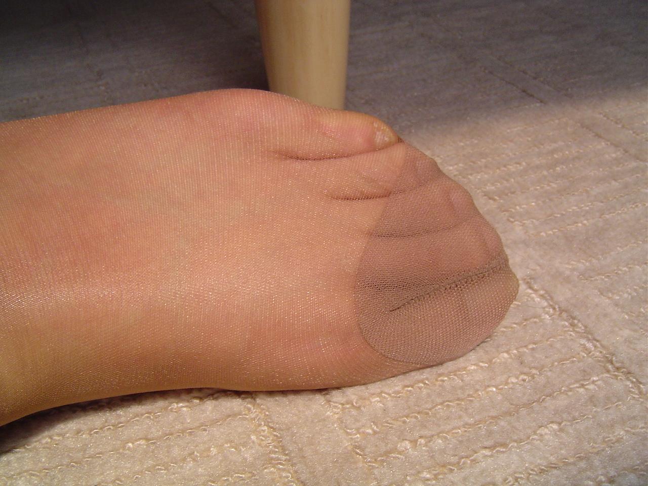 美脚OLがパンストで圧迫された足裏を伸ばすエロ画像3枚目