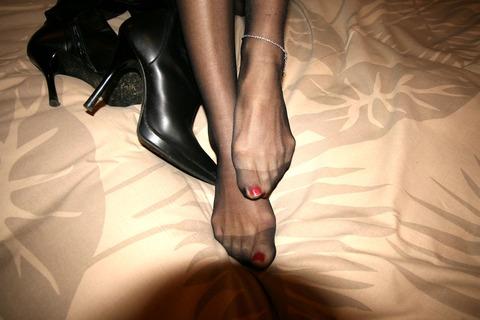 美脚OLがパンストで圧迫された足裏を伸ばすエロ画像16枚目