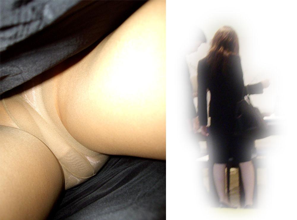 立ち読みするOLのタイトスカートを逆さ盗撮画像7枚目