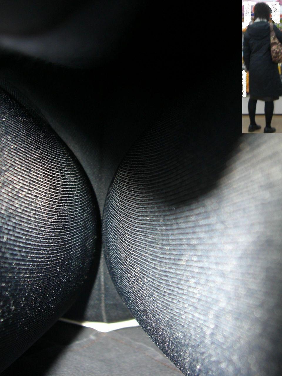 立ち読みするOLのタイトスカートを逆さ盗撮画像11枚目