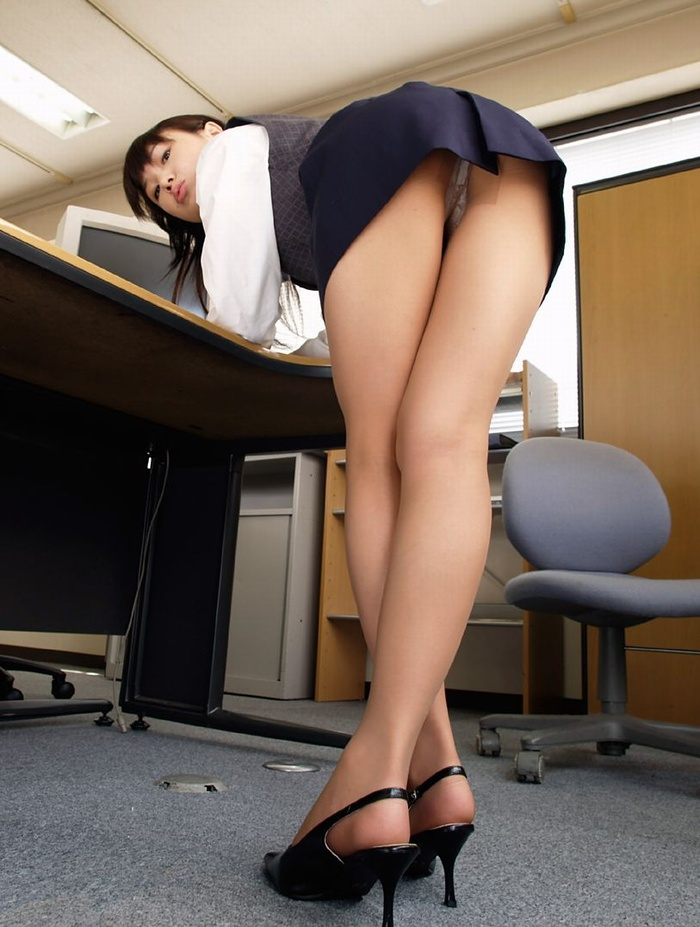 魅せるタイトスカートの様々な表情のビッチOLエロ画像1枚目