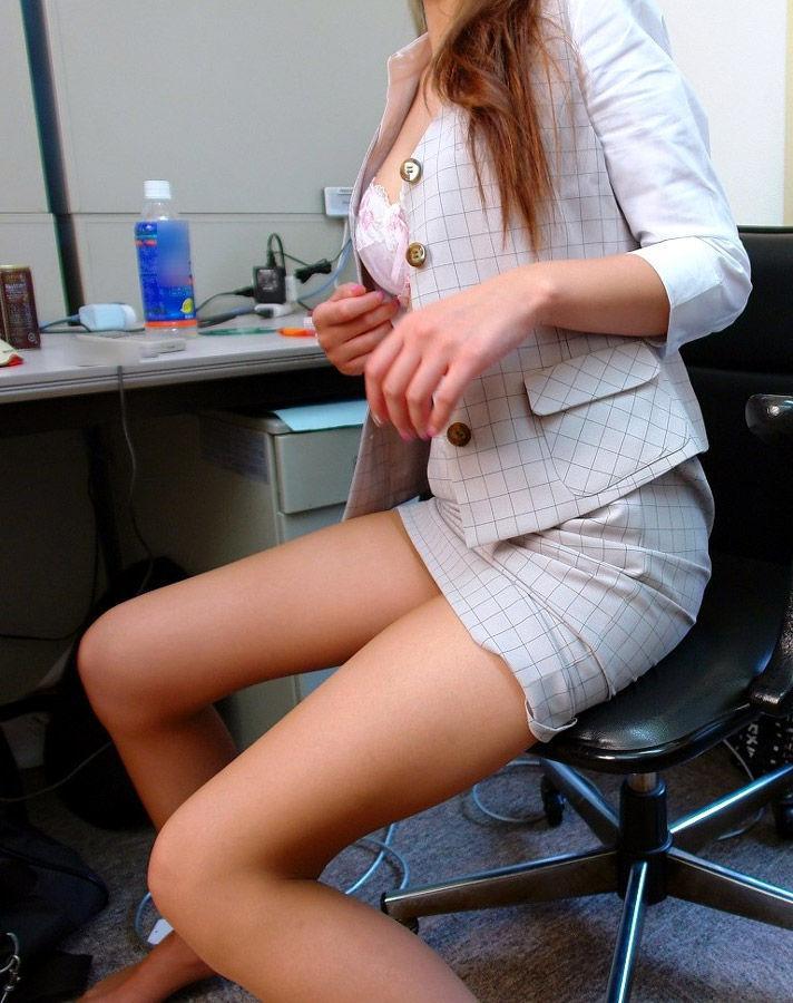 魅せるタイトスカートの様々な表情のビッチOLエロ画像7枚目