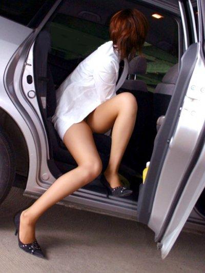 魅せるタイトスカートの様々な表情のビッチOLエロ画像11枚目