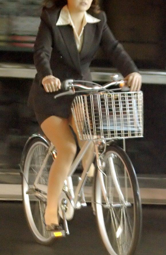 美脚OLの三角をくっきりの自転車街撮り盗撮エロ画像4枚目